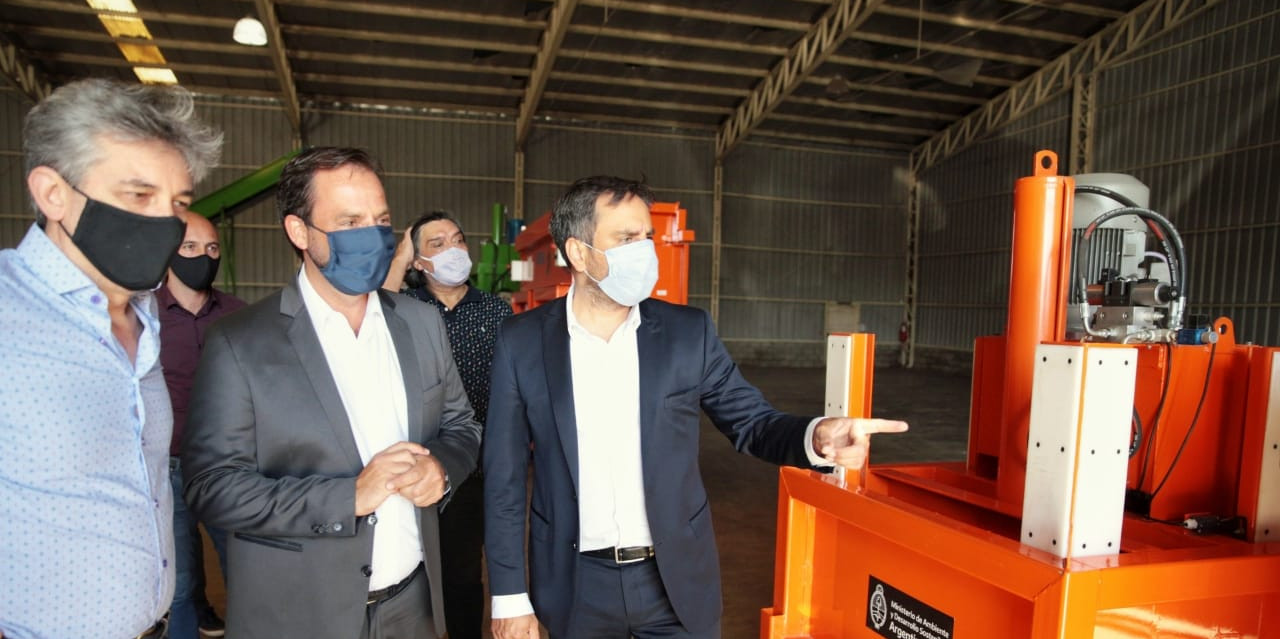 Cabandié encabezó la entrega de maquinaria para la gestión de residuos de Escobar